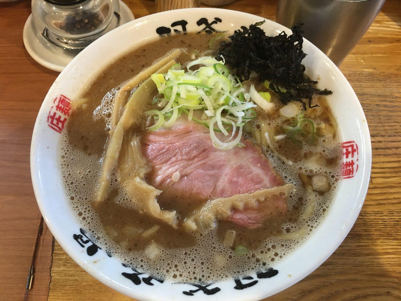 金沢八景駅徒歩8分×「羽釜豚骨 麺屋庄太 六浦店」もっちり麺と濃厚豚骨スープ『らぁ麺』