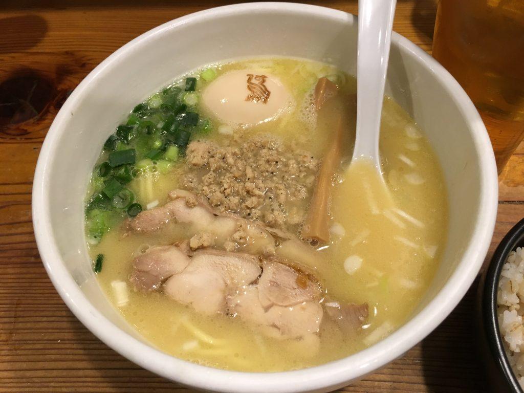 池袋駅徒歩5分×「鶏の穴」『白湯ラーメン たまご乗せ』