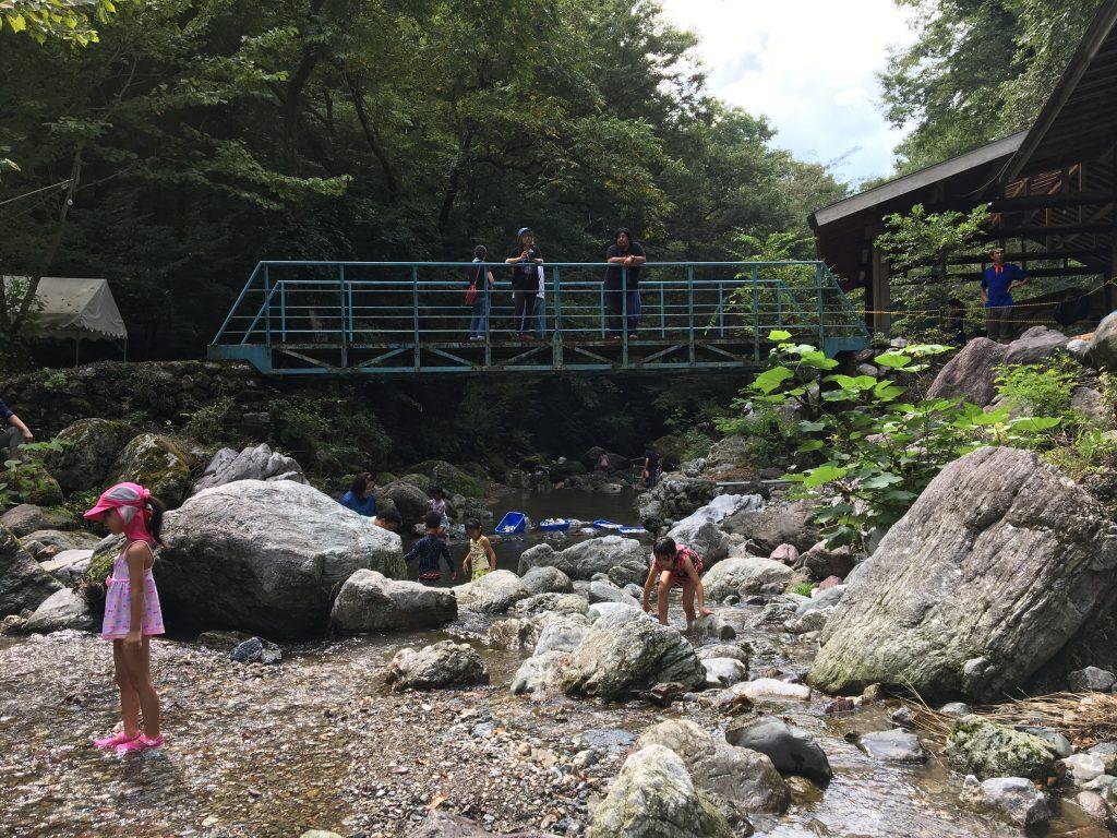 沢遊びやマスのつかみどり、キャンプファイヤーのできる「秩父裏山清流キャンプ場」に親子80人ほどで行ってきました!